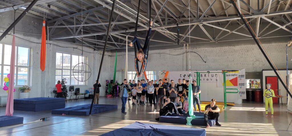 """В Саратовском спортивном центре """"Эквилибриум""""  прошел мастер-класс по воздушно-силовой атлетике"""
